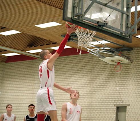 Ein Spieler geht zum Basketballkorb.