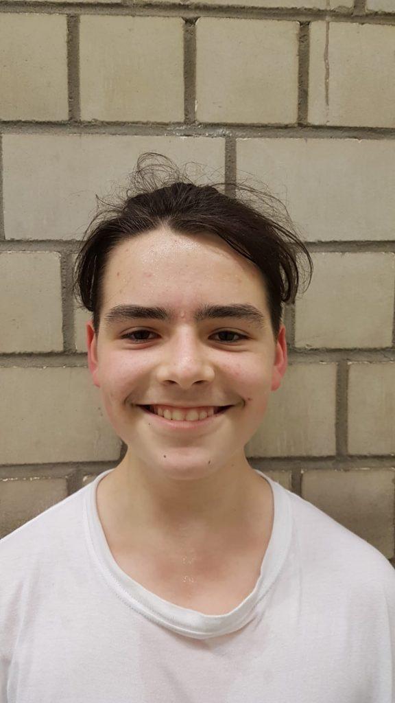Ein Porträtbild eines Jungen mit dunklen Haaren.