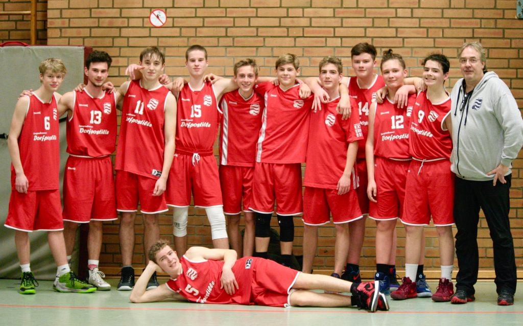 Mehrere Jungs in roten Trikots stehen nebeneinander.